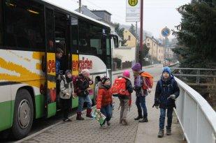 7:45 Uhr beginnt die Schule. Es kommen viele Kinder mit dem Bus. Dieser hier kommt  7:35 Uhr an der Schule an.