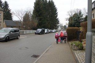 Wenn der Weg nicht so lang ist, können manche Schüler sogar laufen. Viele werden auch mit dem Auto gebracht, wo es keine Busverbindung gibt.