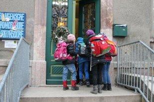 Hier gehen wir durch die große Schultür und wir können euch verraten, die geht gar nicht so einfach auf.