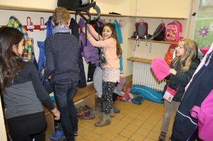 Dann werden die Schuhe und Jacken ausgezogen. Im ganzen Schulhaus laufen wir nur in Hausschuhen herum.