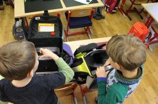 Im Klassenzimmer bereiten wir uns auf den Unterricht vor. Der Ranzen wird ausgepackt für die erste Stunde, Zettel müssen abgegeben werden und natürlich müssen wir mit unseren Freunden quatschen.
