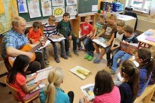 Im Religionsunterricht hören wir Geschichten über Jesus und aus der Bibel.