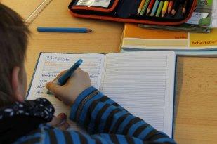 Deutsch: Am Anfang lernen wir erst einmal das richtige Schreiben. Später kommen viele Dinge dazu, die wichtig in der deutschen Sprache sind.