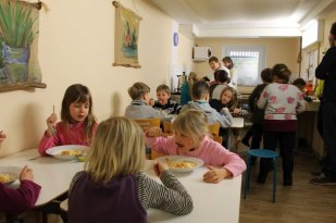Nach dem Unterricht gehen wir klassenweise in den Speiseraum und essen zu Mittag.